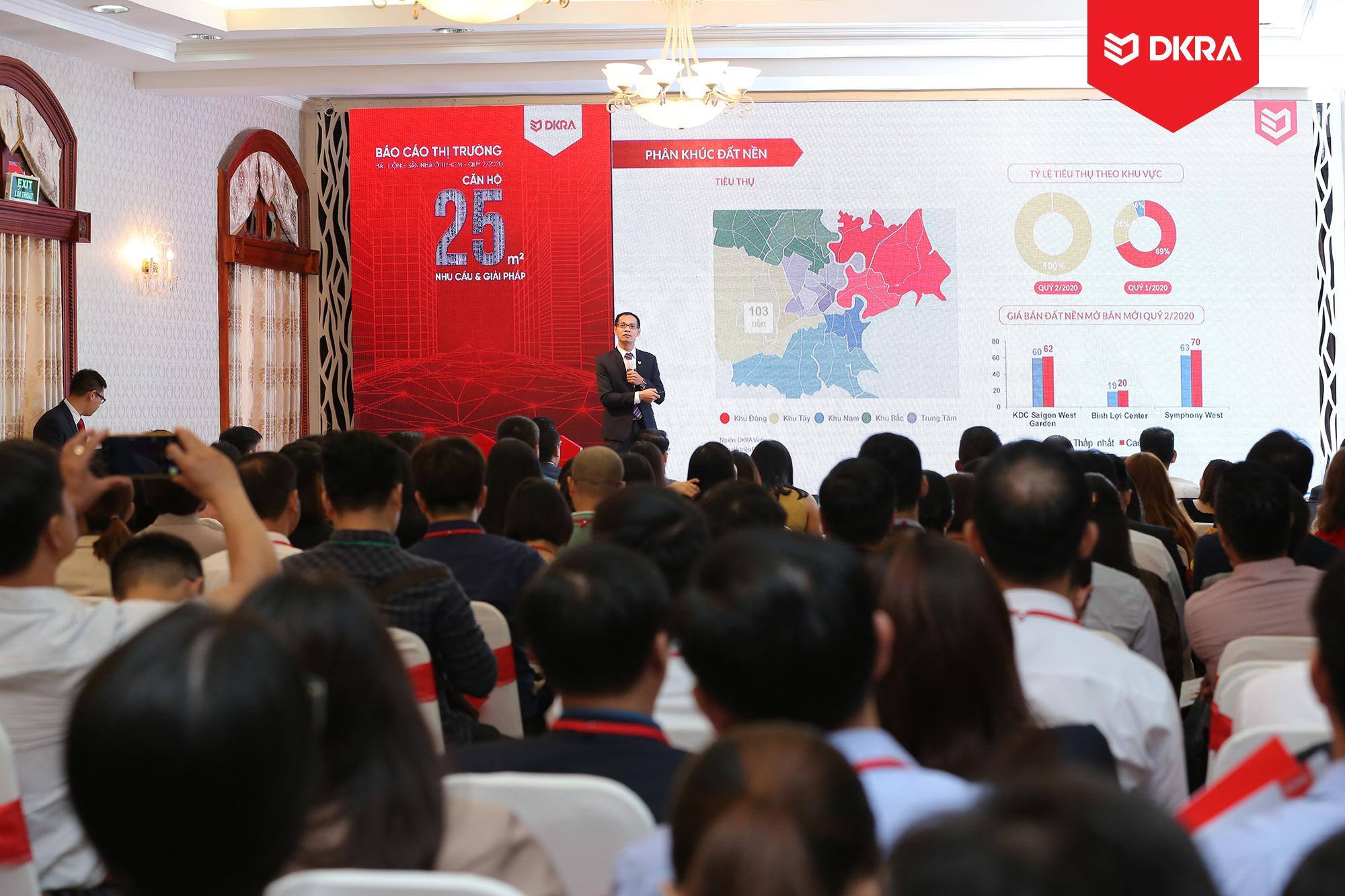 Ông Nguyễn Hoàng - Giám đốc bộ phận R&D DKRA Vietnam trình bày diễn biến thị trường bất động sản nhà ở TP.HCM Quý 2/2020 và dự báo thị trường Quý 3/2020.