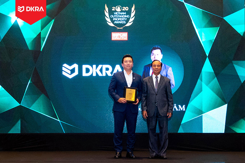 """DKRA Vietnam Ông Phạm Lâm - CEO DKRA Vietnam được vinh danh """"Doanh nhân Bất động sản ấn tượng"""" do tạp chí Nhịp cầu đầu tư trao tặng năm 2020"""