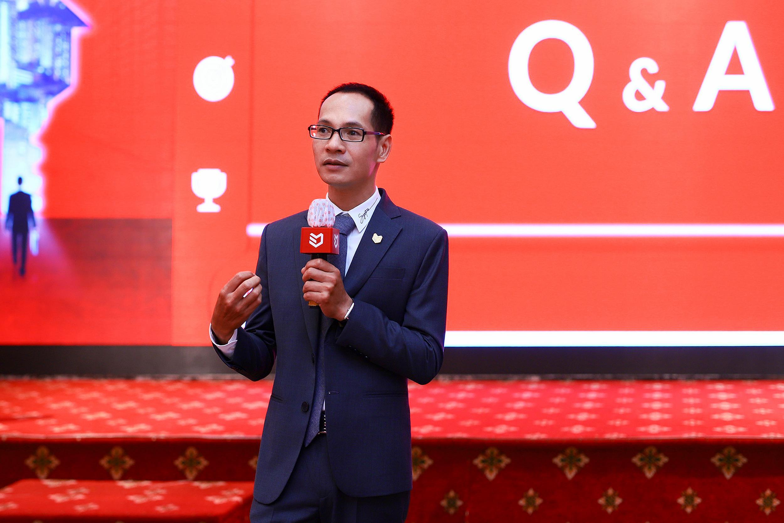 Ông Nguyễn Hoàng - Giám đốc R&D DKRA Vietnam thành viên DKRA Vietnam giải đáp các thắc mắc của khách tham dự trong phần Q&A.